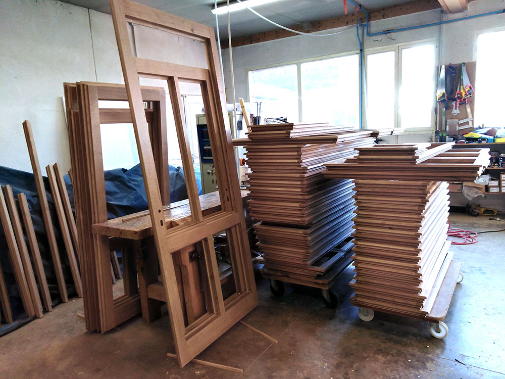Fabrication de menuiseries isolantes en chêne avant l'hiver